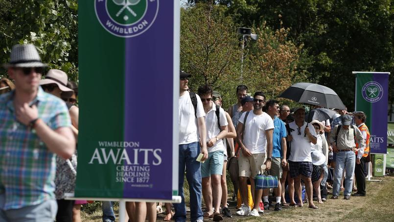 Des gens font la queue pour assister au tournoi de Wimbledon.