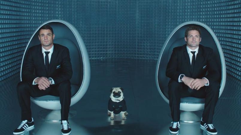 Dan Carter et Richie McCaw se prennent pour les Men in Black dans un spot publicitaire.