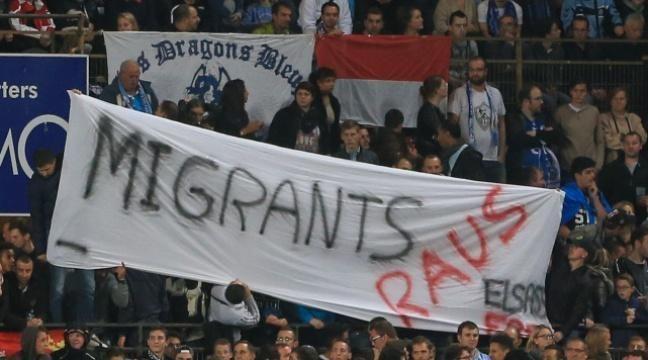 La banderole anti-migrants déployée durant une minute dans le stade de Strasbourg vendredi.