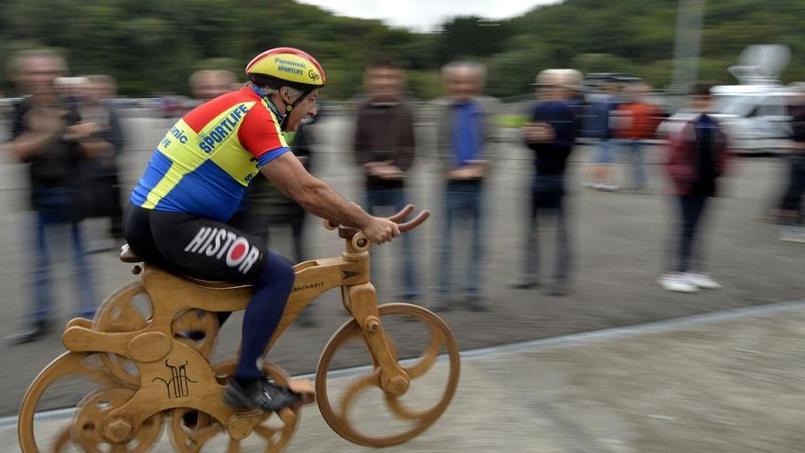 Eddy Planckaert sur son drôle de vélo en bois.