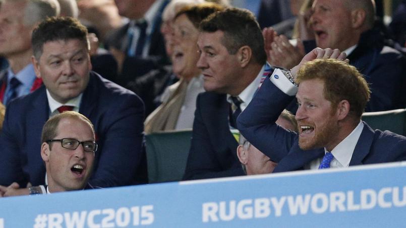 Le Prince William et son frère Harry célèbrent un essai marqué par l'Angleterre lors de la rencontre face aux Fidji.