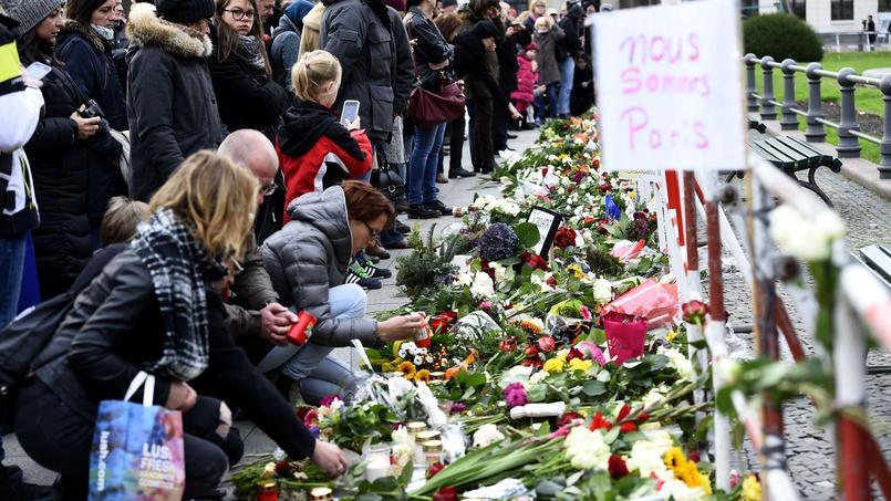 Les Berlinois rendent un hommage aux victimes devant l'ambassade de France en Allemagne.