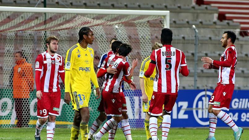 L'AC Ajaccio (maillot rouge et blanc) face à Créteil en Ligue 2 cette saison.