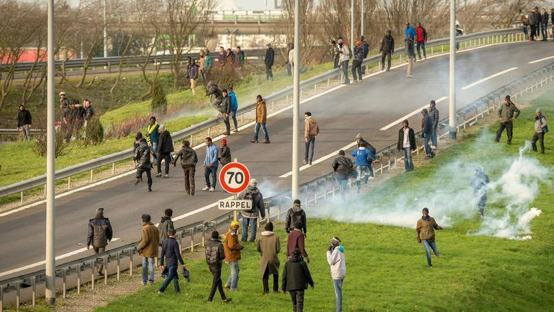 Les forces de l'ordre lancent des grenades lacrymogène pour disperser les migrants qui envahissent la route d'accès au tunnel sous la Manche.