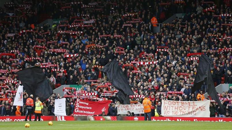 Les fans de Liverpool protestent contre la hausse des prix avant le match face à Sunderland.