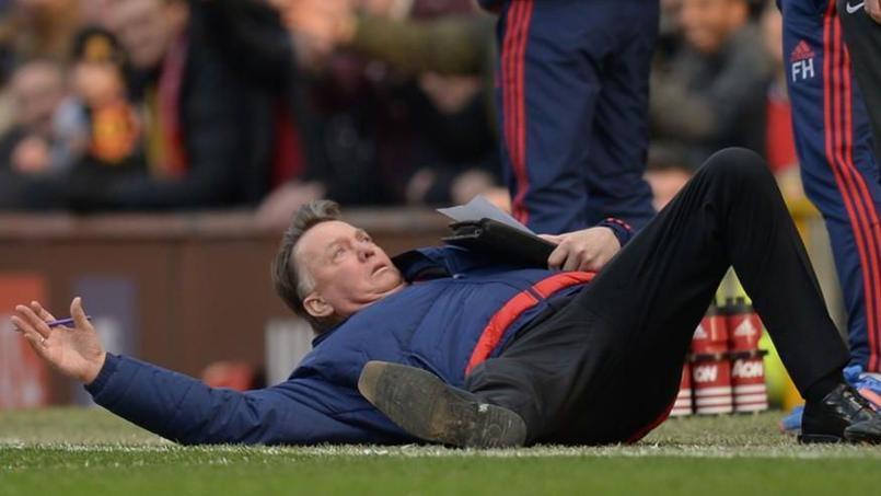 Louis van Gaal mime une faute et s'effondre à terre devant l'arbitre