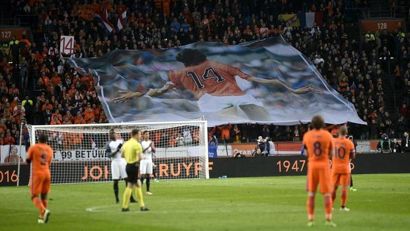 Pays-Bas - France interrompu à la 14e minute en hommage à Cruyff