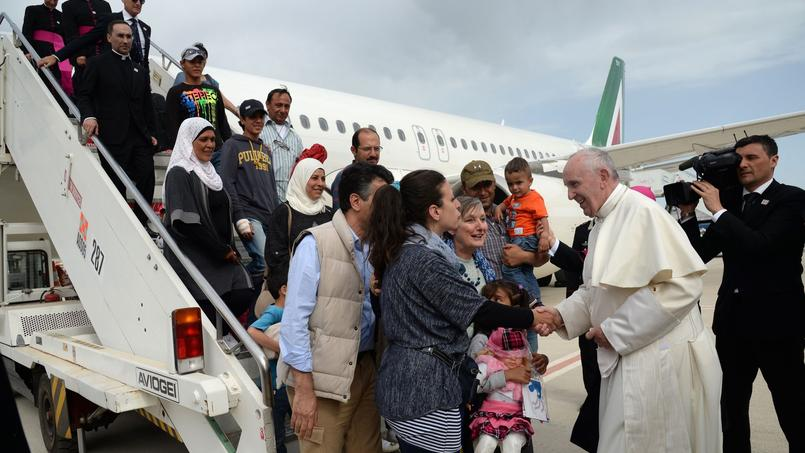 Trois familles de réfugiés syriens musulmans sont montées à bord de l'avion du pape François, samedi après-midi.