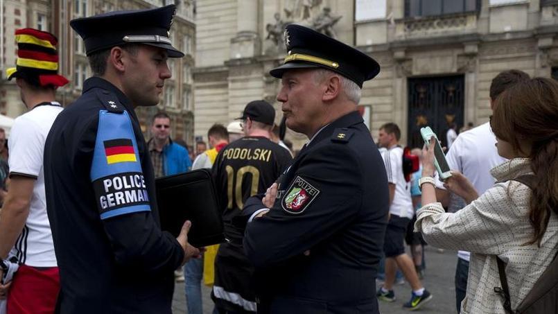 Des policiers allemands échangent à Lille avant le match entre l'Allemagne et l'Ukraine.
