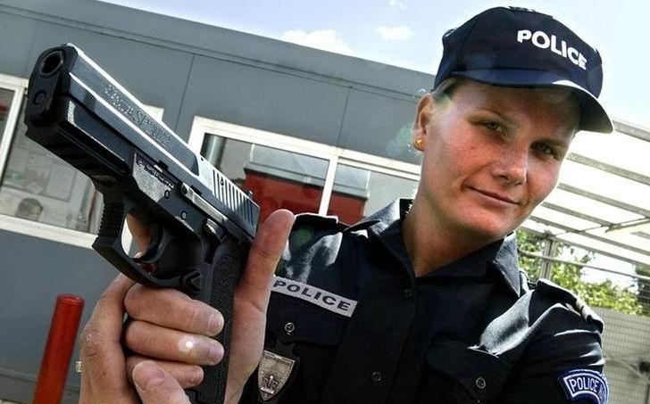 Le pistolet Sig-Sauer SP, de fabrication suisse, est l'arme de poing équipant les forces de police et la gendarmerie depuis 2002.