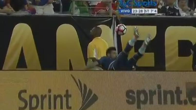 Ezequiel Lavezzi se fracture le coude en chutant sur un panneau publicitaire