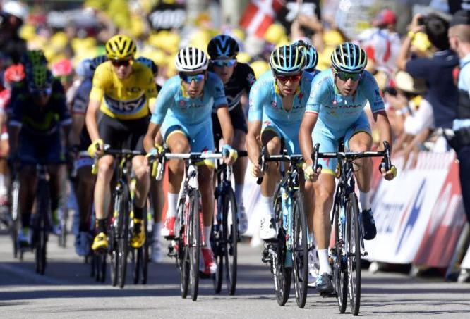 En bleu ciel, l'équipe Astana, mené par le coureur italien Vincenzo Nibali