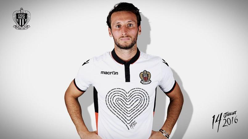 Le maillot hommage que porteront les joueurs de l'OGC Nice à l'occasion de leur premier match officiel depuis l'attentat du 14 juillet dernier.