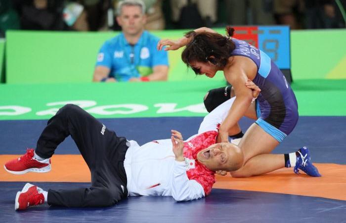 Une lutteuse japonaise célèbre son titre olympique en martyrisant son coach