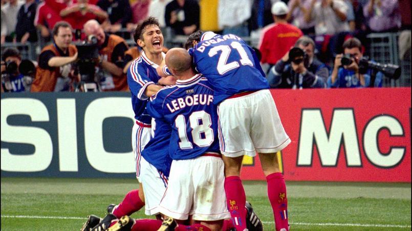 Lizarazu, Leboeuf et Dugarry célèbrent le titre Mondial des Bleus, le 12 juillet 1998 au Stade de France. Panoramic