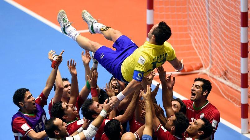 Falcao a été porté en triomphe par ses adversaires à l'issue du huitième de finale de Coupe du Monde de futsal ce jeudi.