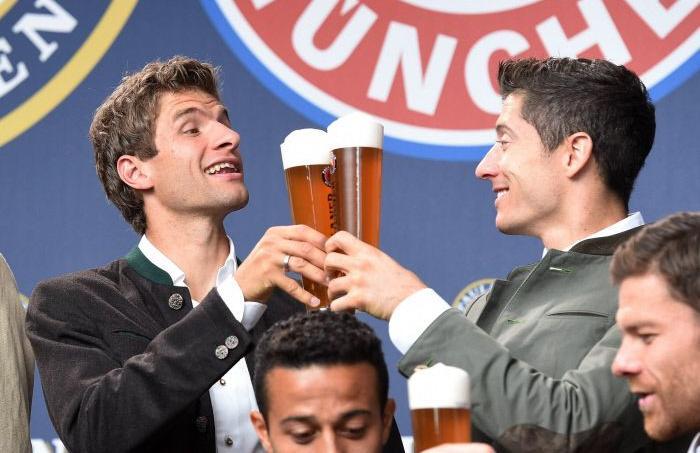 Thomas Müller (à gauche) et Robert Lewandowski trinquent pour la fête de la Bière en Bavière.