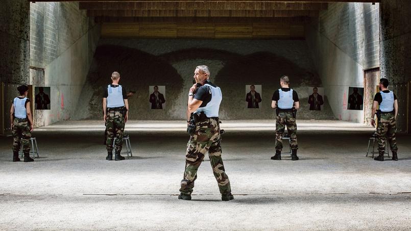 Des candidats de 18 à 30 ans participent à une séance de tir au camp de Beynes, dans les Yvelines, lors d'une formation pour devenir réservistes de la Gendarmerie Nationale.