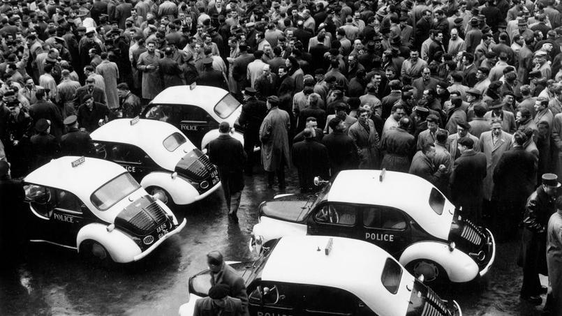 Les policiers manifestent dans le cour du 19-août de la préfecture de police de Paris le 13 mars 1958 avant de se diriger vers le Palais-Bourbon.