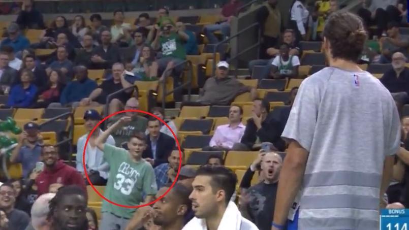 Un enfant chambre Joakim Noah dans les tribunes et lui apprend à shooter