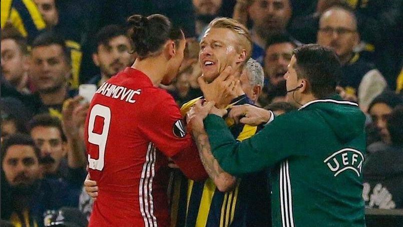 Zlatan Ibrahimovic a agrippé Simon Kjaer au visage jeudi lors du match Fenerbahçe