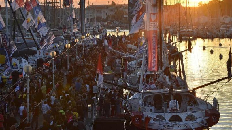 Le ponton du Vendée Globe bondé avant d'être fermé au public samedi matin.