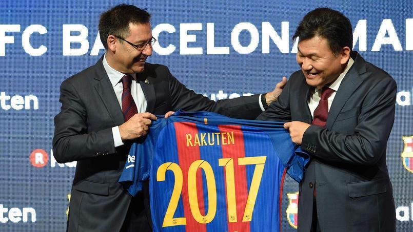 Josep Maria Bartemeu, le président du FC Barcelone, accompagné de Hiroshi Mikitani, le PDG de Rakuten.