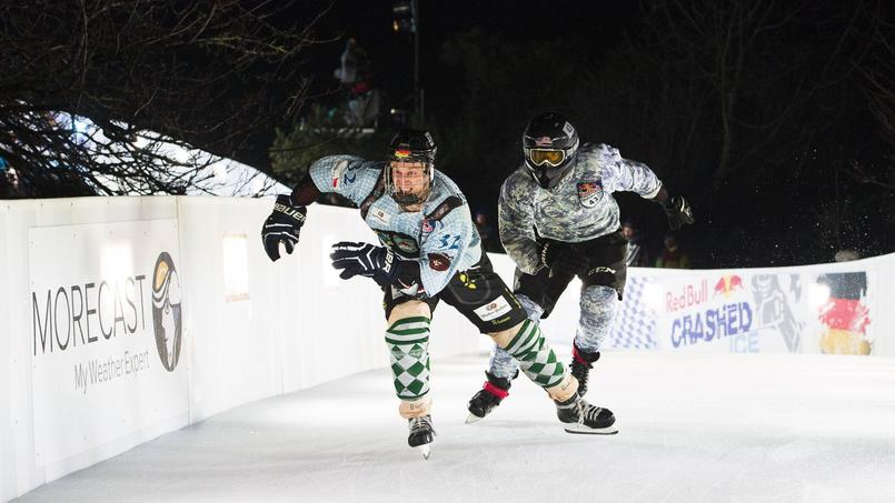Pour résister aux chocs parfois violents, les patineurs sont équipés d'armures de football américain.