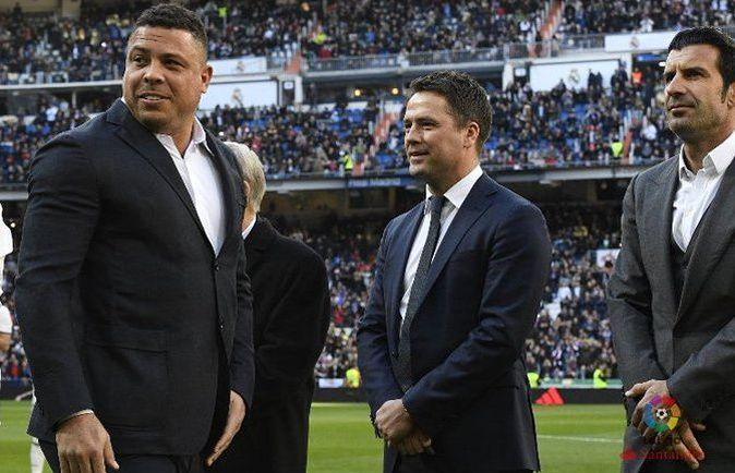 Ronaldo passe devant Michael Owen lors de la présentation du Ballon d'Or de Cristiano Ronaldo à Santiago Bernabeu.