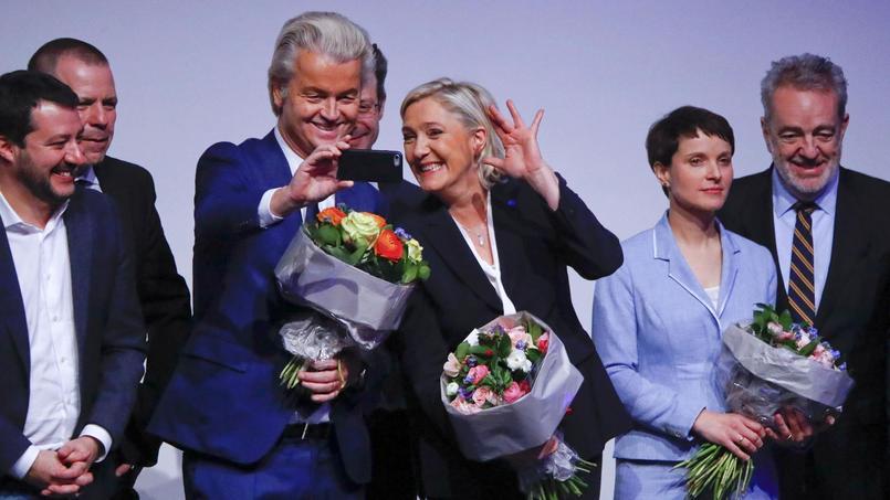 Geert Wilders, chef du parti de la Liberté (Pays-bas) et Marine Le Pen prennent un selfie à la réunion de Coblence.