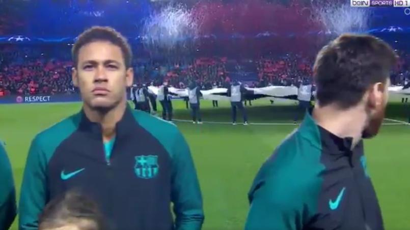 Lionel Messi se retourne au moment où les confettis innondent les tribunes du Parc des Princes.