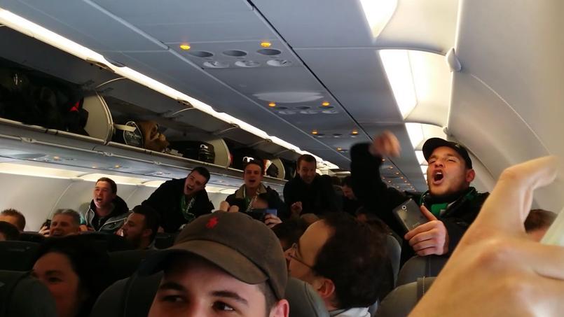 Les supporteurs de Saint-Etienne dans l'avion qui devait les emmener à Manchester.