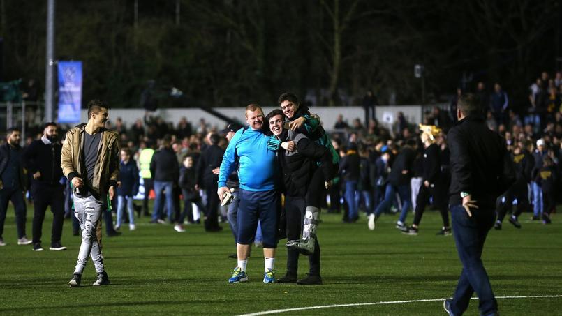 Wayne Shaw à la fin du match avec ses supporters