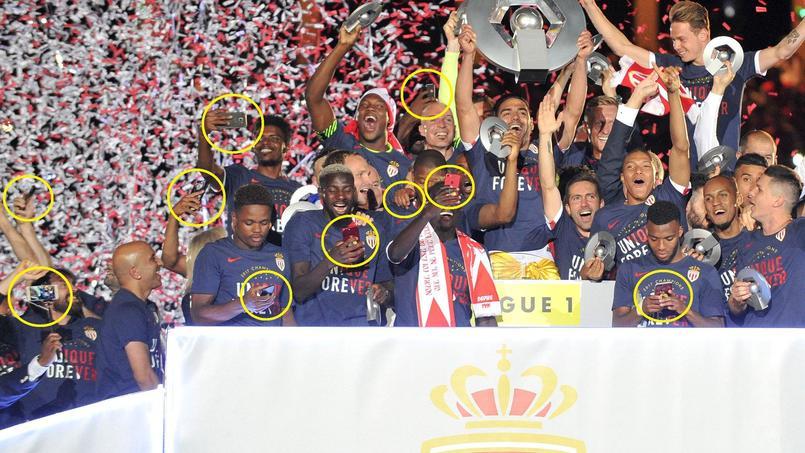 Nous avons identifié dix smartphones au moment où l'équipe monégasque soulève le trophée de Ligue 1.