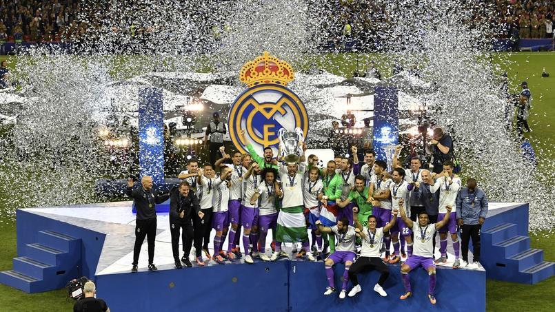 Les joueurs du Real Madrid soulevant la Coupe aux grandes oreilles