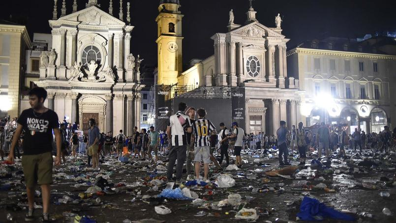 La piazza San Carlo jongée de débris et d'effets personnels après la bousculade
