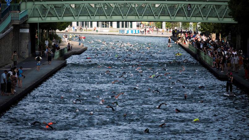 Les passants ont pu voir les nageurs en plein exercice dans le canal de l'Ourcq et le bassin de la Villette.