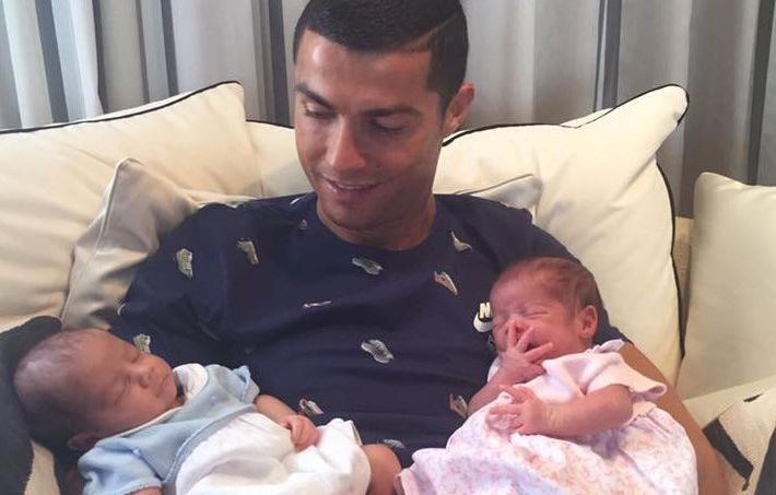 Cristiano Ronaldo présente ses jumeaux nés le 8 juin dernier.