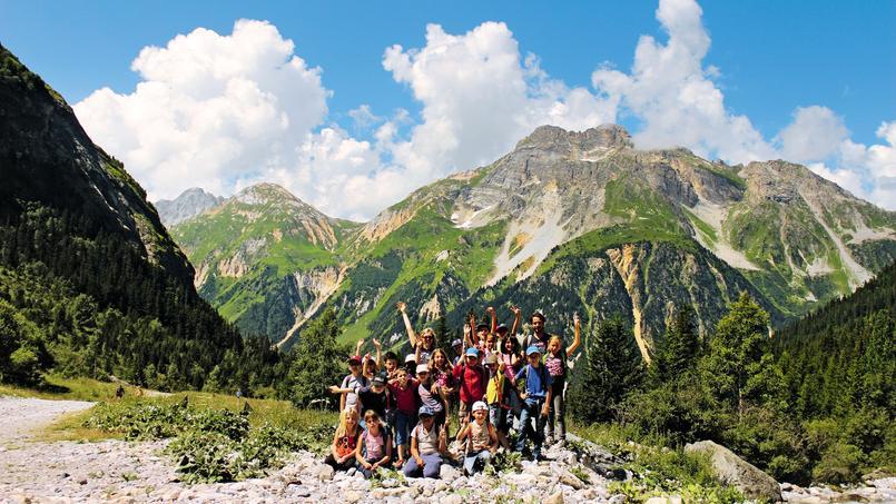 Randonnées en moyenne montagne, parcours aventure, tir à l'arc, jeu de piste géant, baignade, patinoire, trampoline… Entendants, malentendants ou sourds, le programme des vacances sera le même pour tous.