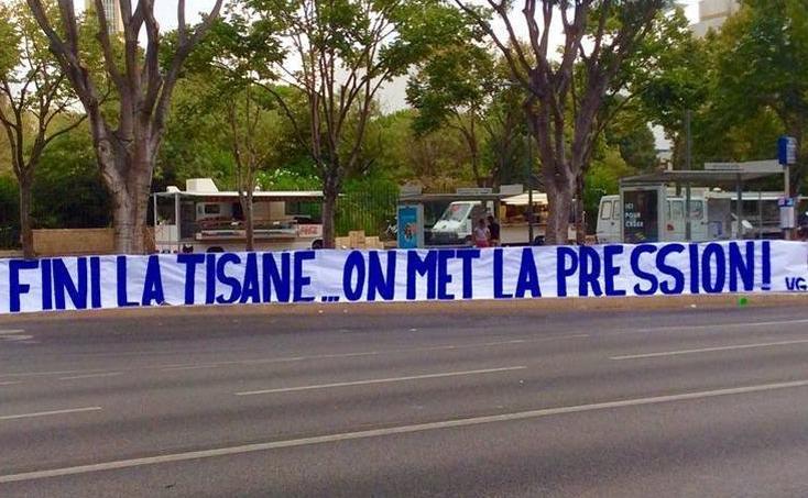La banderole des supporters de l'OM déployée devant le stade Vélodrome.