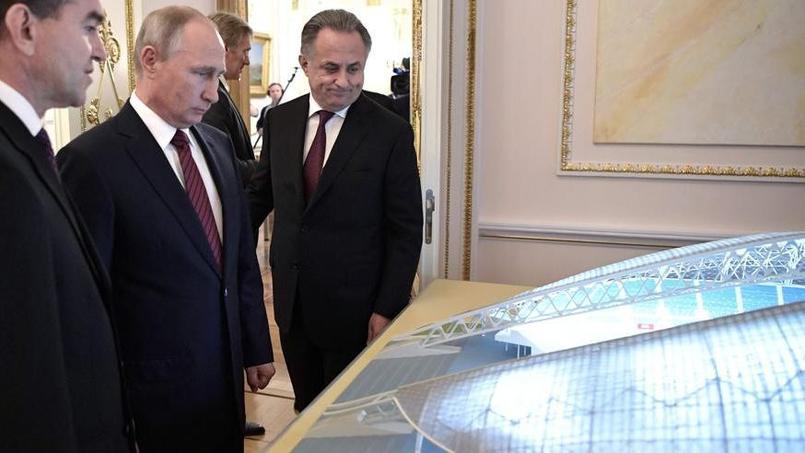Vladimir Poutine devant une maquette de l'un des stats de la Coupe du monde 2018