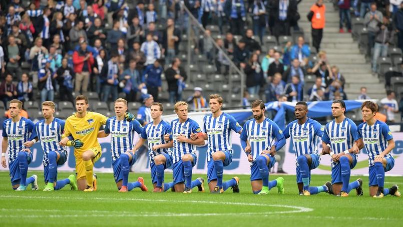 Les joueurs du Hertha Berlin mettent tous un genou à terre