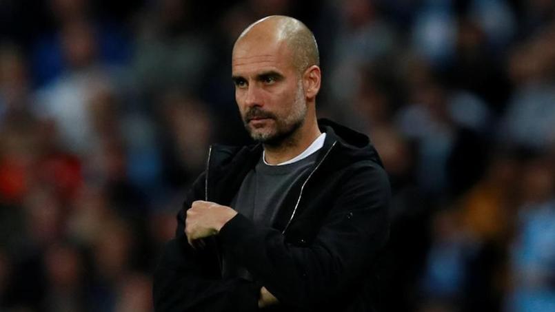 Pep Guardiola sur la pelouse à l'occasion du match Manchester City-Naples mardi soir.