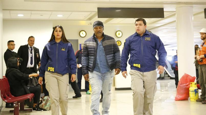 Mike Tyson lors de son arrestation dans les couloirs de l'aéroport de Santiago, entouré de policiers, jeudi dernier.