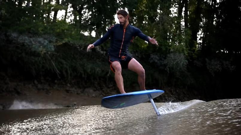 Un Français tente le «foil surfing» sur un mascaret girondin