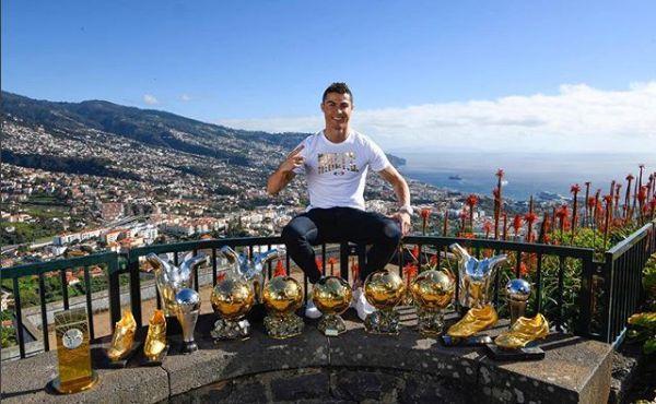 Cristiano Ronaldo avec ses trophées sur l'île de Madère (Portugal).
