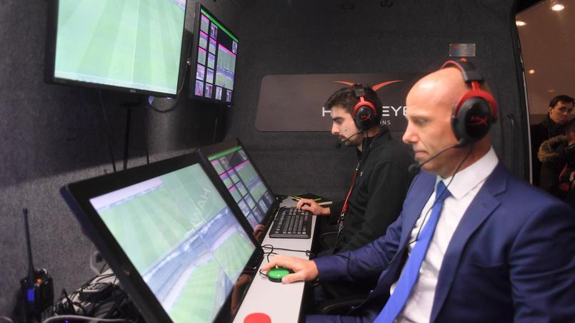 L'attente des joueurs pendant que les arbitres vidéo visionnent le but de Pléa.