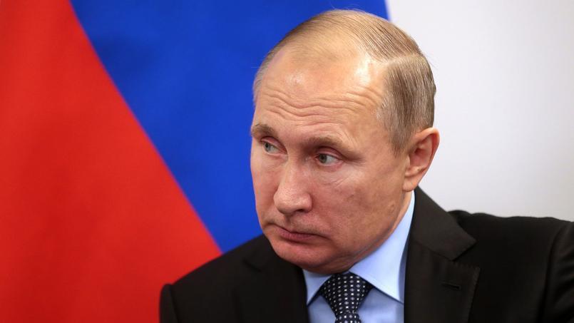 Vladimir Poutine devant les hockeyeurs russes.