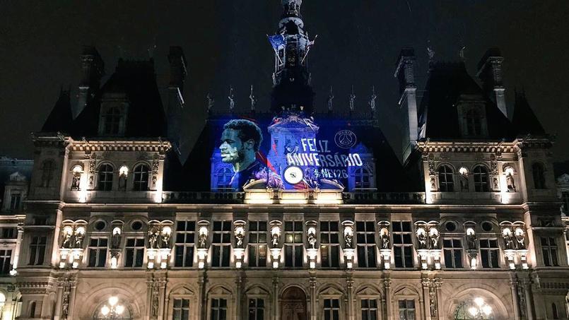 Paris s'illumine pour fêter l'anniversaire de Neymar