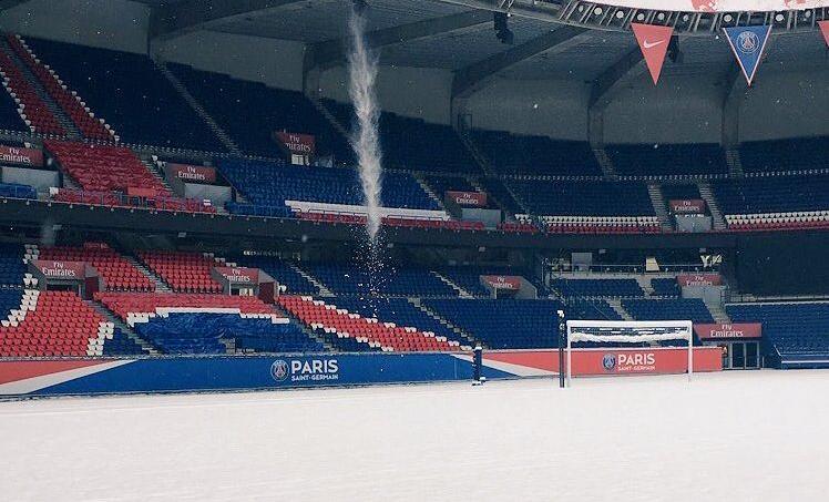 Le Parc des Princes sous la neige.